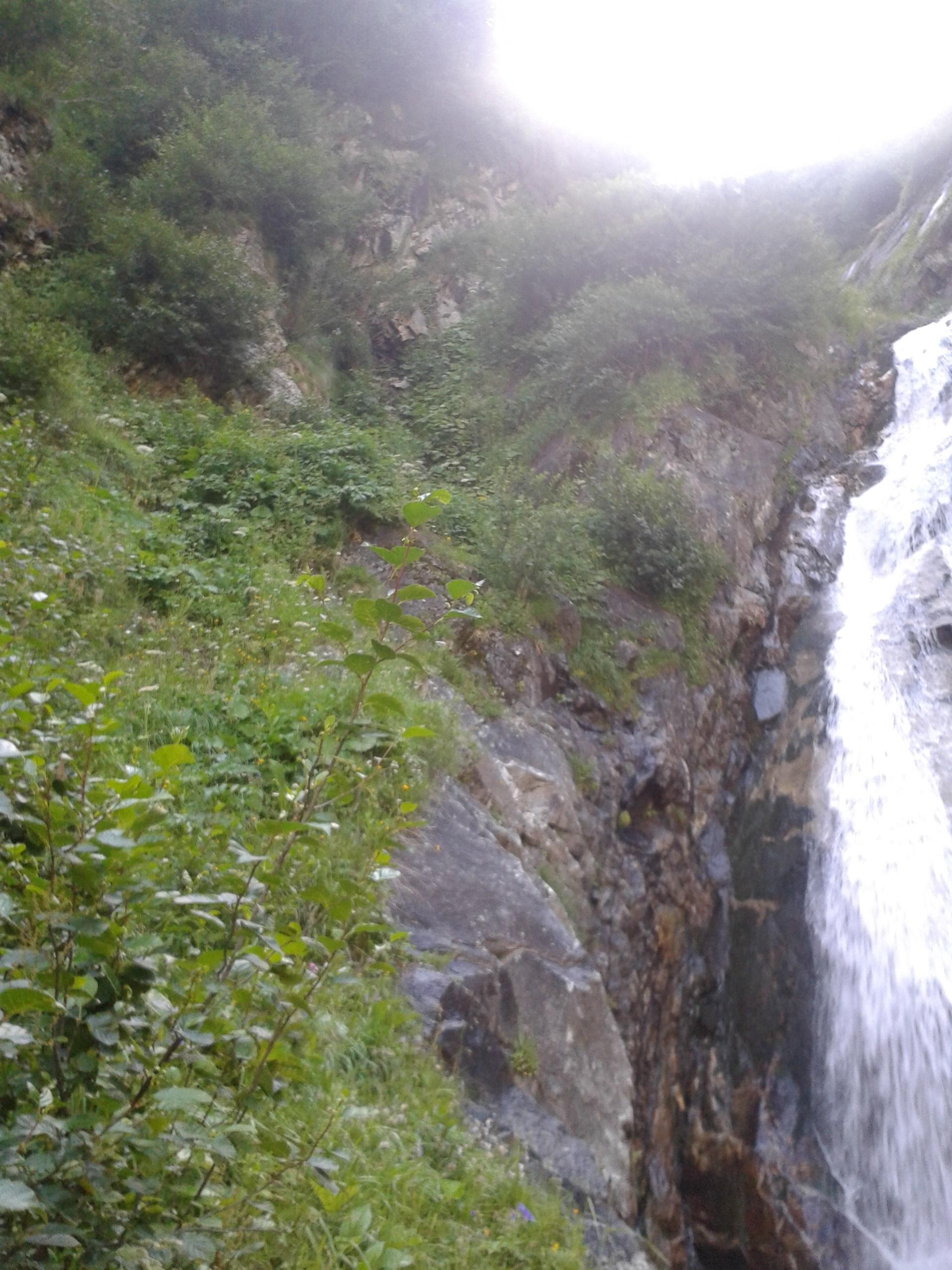 út a vizesés mellett