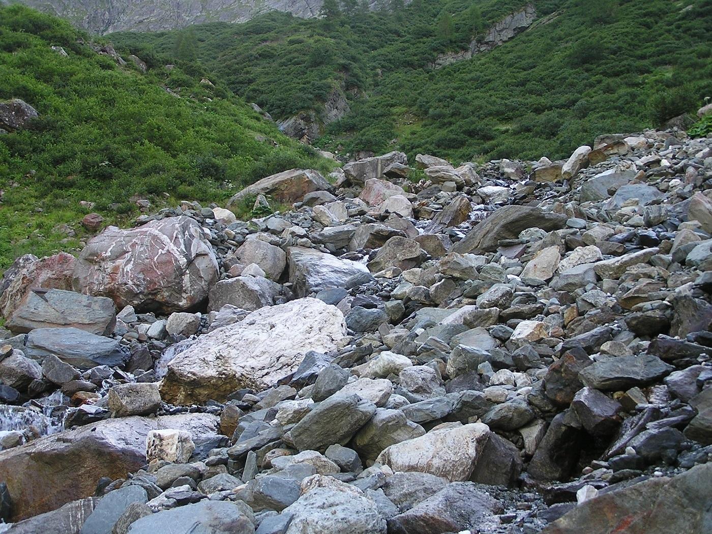 sziklák a völgyben